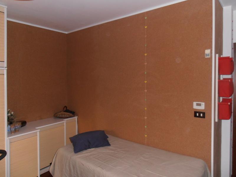 Come rivestire le pareti fredde con il sughero sottile in pannelli