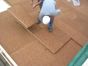 isolamento del tetto con pannelli isolanti in sughero